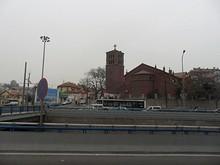 ホステルのある山への入口に立つ教会