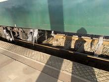 列車の床下が凍り付いている