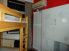 ホステルの部屋の隅にある蒸気暖房