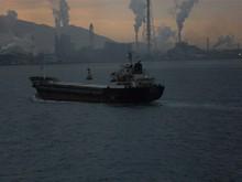 併走するバラ積み貨物船