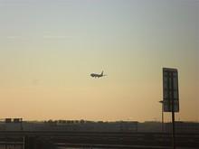 01番滑走路に着陸する飛行機
