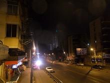 道路の奥で上がる花火