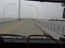 埠頭へ続く橋