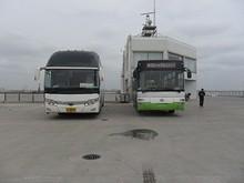 乗って来た連絡バス(右)と杭州行きバス