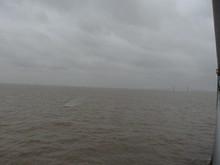 遠くにうっすらと東海大橋が見える