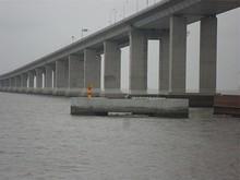 橋の根元にある灯火