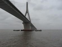 橋の下を通過!