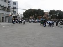 通りにあふれる中学生