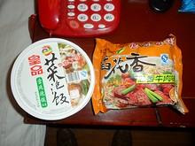 夕飯のインスタントお粥(左)とビーフン