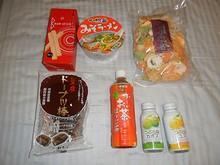 友達が持ってきてくれた日本の菓子やカップ麺