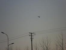 土山空軍基地へ飛んでいく軍用ヘリ