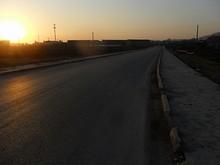 新しい通りと沈む夕日