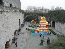 城壁の上から見た門