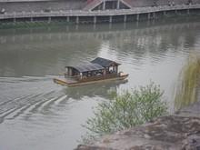 川を行く観光船