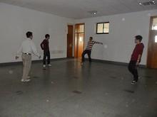 404教室前で遊ぶ留学生たち