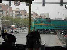 84番バスと踏み切りを通る機関車