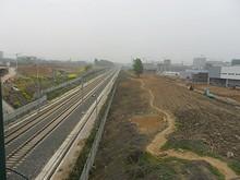 高速鉄道の線路を越える