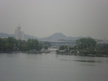 玄武湖公園の奥に見える南京駅