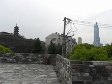 左は鸡鸣寺、右は紫峰タワー