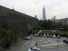 駐車場と台城、紫峰タワー