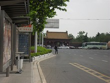 後宰門バス停と明故宮の門