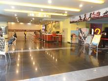 映画館の券売り場(奥)と入場口(右)