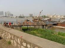 橋に200総トン以下の船・・・と書いてある