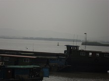 長江に浮かぶ、特殊標識ブイ