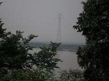 御碑亭から見た対岸の送電鉄塔