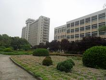 第二教学楼(右)と総合実験楼(左)