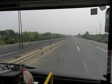 D5番バスで龍譚港そばを行く