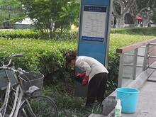 地下鉄漢中門駅の案内板を拭いている人