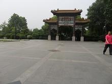 門のそばの牌坊