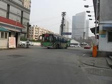公交総公司に出入りする南京公交の83番バス
