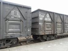 貨車に書いてある形式名とか、重量とか