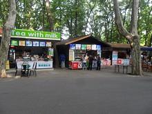 霊谷寺公園バス停前の商店