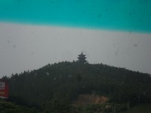 山の上に建つ謎の建物