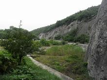 石の上から見た、古採石場跡遺跡