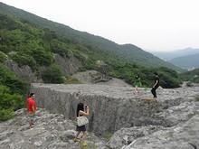 石のギリギリの所で写真を撮る人たち