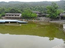 池と水上ステージ