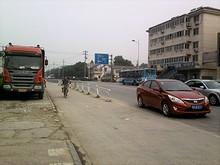 上坊バス停前の通り