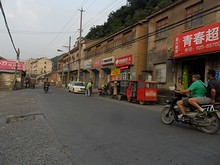 バス停前の商店