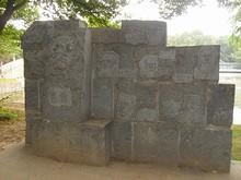 学者たちの顔が彫られている碑