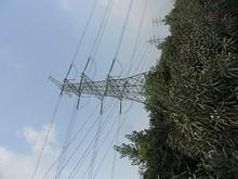 発電所のそばを通る送電線