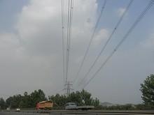 通りの上を跨ぐ送電線