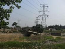 石橋と送電鉄塔