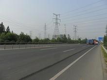 国道と発電所遠景