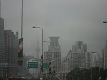 上海タワーが薄っすらと見える