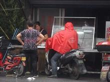 七灶村の飯屋にバイクで乗り付けている村人