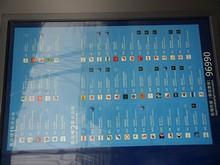 ターミナル別、出発航空会社の案内板